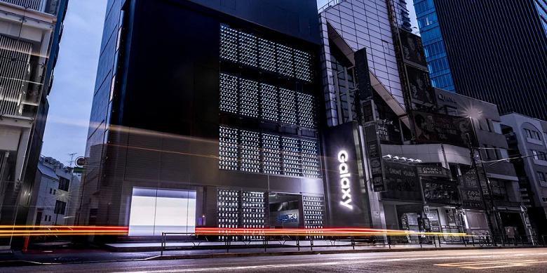 Фасад самого большого в мире магазина Samsung освещают смартфоны Samsung Galaxy